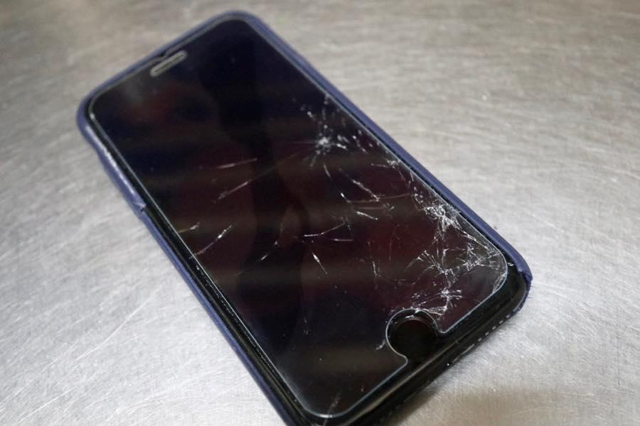 ヒビ割れたiPhone7−1